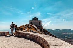 Mausoleo sulla cima della montagna in Lovcen, Montenegro immagini stock