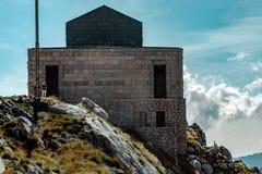 Mausoleo sulla cima della montagna in Lovcen, Montenegro fotografia stock libera da diritti