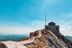 Mausoleo sulla cima della montagna in Lovcen, Montenegro immagini stock libere da diritti