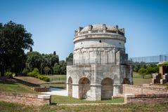Mausoleum av Theodoric det stort i Ravenna, Italien mot klar blå himmel och grönska royaltyfria bilder