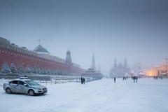 Mausoleum des Roten Platzes, des Kremls, Lenin und Polizeiwagen im Winter Lizenzfreie Stockfotos