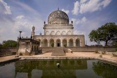 Mausoleum en het Wijzen van op Pool Stock Foto