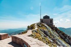 Mausoleum op de bovenkant van berg in Lovcen, Montenegro stock afbeeldingen