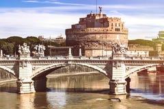 Mausoleum von Hadrian und von Brücke auf Tiber-Fluss in Rom, Italien Stockbilder