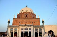 Mausoleumrelikskringravvalv av det Sufi helgonet Sheikh Bahauddin Zakariya Multan Pakistan arkivfoton