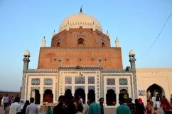 Mausoleumrelikskringravvalv av det Sufi helgonet Sheikh Bahauddin Zakariya Multan Pakistan arkivbild