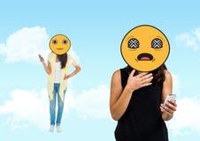 mauvais avis, jeunes filles Emoji font face Image libre de droits