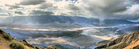 Mauvais bassin de l'eau de la vue de Dante - Death Valley la Californie Image stock