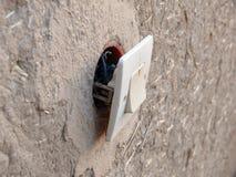 Mauvais câblage électrique dans la ville marocaine rurale Image libre de droits
