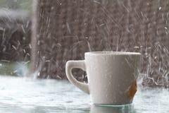 Mauvais jour pour avoir une boisson dehors dans le déluge de la pluie Photo stock