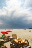 Mauvais nuages au-dessus de plage de tropez de saint Photographie stock