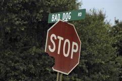 Mauvais route et signe de crabot photos stock
