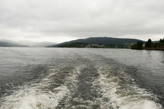 Mauvais temps au-dessus du lac et des montagnes Images stock