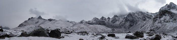 mauvais temps de panorama du Népal de montagne de l'Himalaya Photos stock