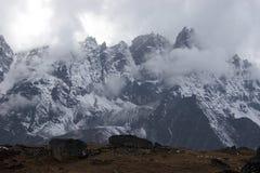mauvais temps du Népal de montagnes de l'Himalaya Image libre de droits