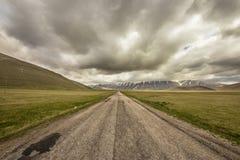 Mauvais temps sur la route à Castelluccio, Italie Photo stock