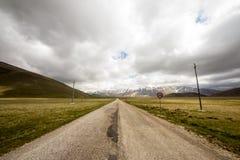 Mauvais temps sur la route à Castelluccio, Italie Photo libre de droits
