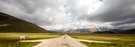 Mauvais temps sur la route à Castelluccio, Italie Photographie stock libre de droits