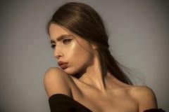 Mauvais traitement à enfant Beauté et mode, cosmétiques Coiffeur et soins de la peau, mode d'été Regard de mode de femme élégante Image stock