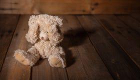 Mauvais traitement à enfant La bâche d'ours de nounours observe, fond vide foncé, l'espace de copie images libres de droits