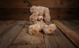 Mauvais traitement à enfant La bâche d'ours de nounours observe, fond vide foncé, l'espace de copie photos libres de droits