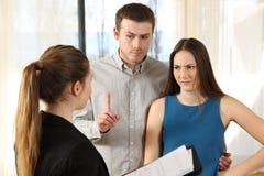 Mauvais vrais clients d'agent immobilier et de mécontentement photos libres de droits