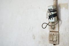 Mauvaise et fausse et connexion dangereuse de représentation mal de câble de prise Foyer sélectif en tant que concept de sécurité Image libre de droits