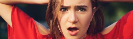 Mauvaise expression de surprise Femme dans les problèmes images stock
