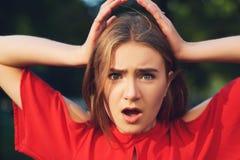 Mauvaise expression de surprise Femme dans les problèmes photographie stock libre de droits