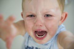 Mauvaise humeur d'enfant en bas âge ! photo libre de droits