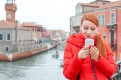 Mauvaise nouvelle sceptique de lecture de femme au téléphone intelligent photographie stock libre de droits