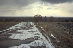 Mauvaise route vers la Sibérie dans la neige images libres de droits