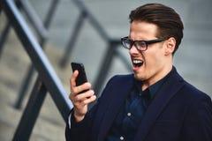 Mauvaises nouvelles L'homme d'affaires a obtenu la mauvaise nouvelle par le téléphone se tenant à la rue photo libre de droits