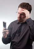 Mauvaises nouvelles par l'intermédiaire des sms de téléphone portable photographie stock