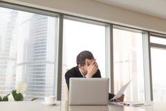Mauvaises statistiques inquiétées par entrepreneur triste dans le rapport Photos stock