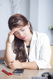 Maux de tête de sentiment de femme d'Asain Image stock