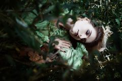 Mavka Een mooie vrouw in een groene kleding loopt door het bos Stock Fotografie