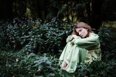 Mavka En härlig kvinna i en grön klänning går till och med skogen Arkivbilder