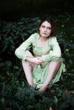 Mavka Piękna kobieta w zielonej sukni chodzi przez lasu Zdjęcie Stock