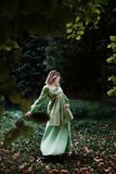 Mavka Una bella donna in un vestito verde sta camminando attraverso la foresta Fotografie Stock Libere da Diritti