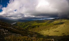 Mavrovo国家公园风景有山和湖的, FYR马其顿 库存图片