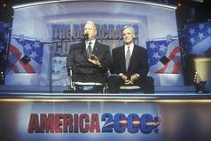 Max Cleland och senatorn Bob Kerry tilltalar folkmassan på den 2000 demokratiska regeln på Staples Center, Los Angeles, CA Royaltyfria Bilder