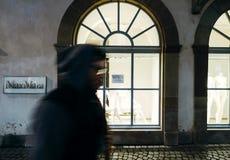 Max Mara Fashion-opslag en silhouet van mens het overgaan Stock Foto