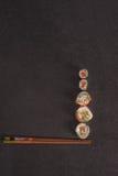 Maxi geassorteerde sushi op een steen Stock Fotografie