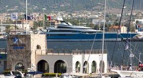 Maxi yacht på porten Arkivfoto