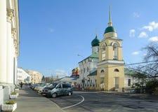 Maxim Preacher Cathedral och bilar på den Varvarka gatan i Moskva Royaltyfria Foton