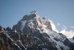 Maxima av berget Ushba royaltyfri bild