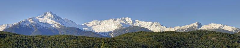 Maxima av Tantalusen spänner på det sydliga slutet av de kust- bergen av British Columbia, Kanada mot blå himmel Fotografering för Bildbyråer