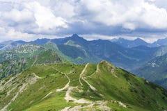 Maxima av Tatrasen under molnen i Juni fotografering för bildbyråer