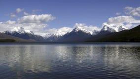 Maxima för nationalpark för glaciär för statiskt skott sjöMcDonald vatten skimrande snabba arkivfilmer